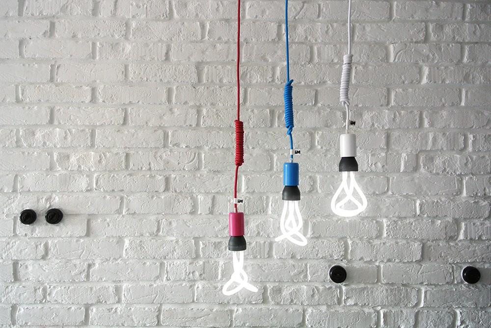 Lampy żarówki wiszące na kablu
